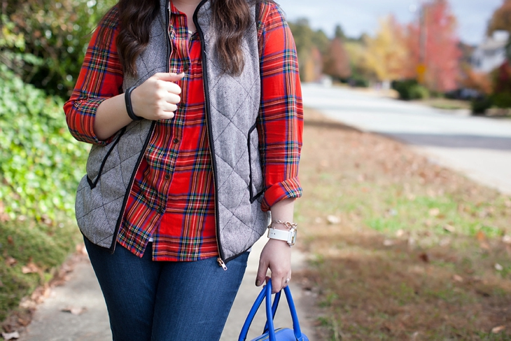 Flannel shirt, herringbone vest, cobalt blue bag | Fall style (3)