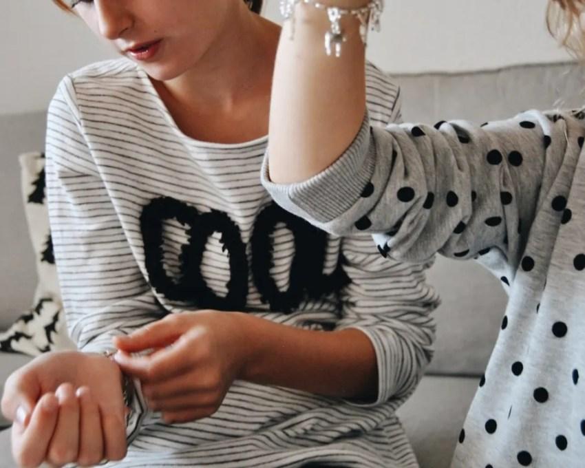 Mädchen mit Bettelarmband, Charms