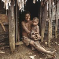 Mutter mit Kleinkind in Papua-Neuguinea