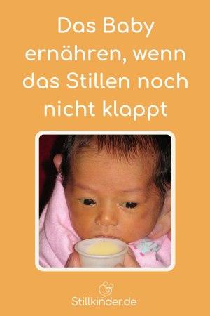 Ein Neugeborenes wird mit einem Becher gefüttert.