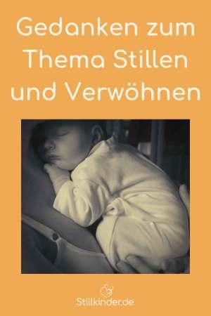 Ein schlafendes Baby auf Mamas Arm