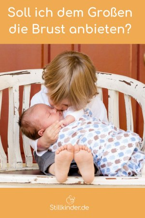 Großer Bruder mit Baby auf dem Schoß