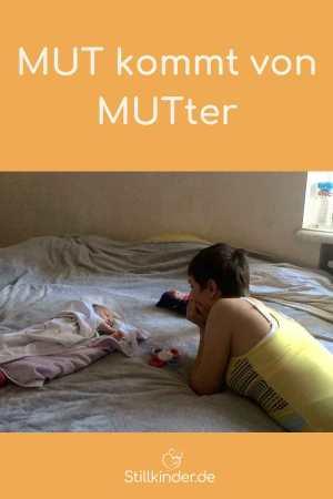 Eine Mutter liegt auf dem Bett und schaut ihr Baby an