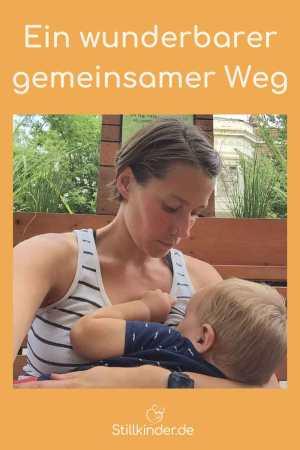 Ein Mutter stillt ihr Kleinkind