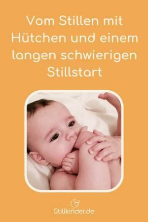 Ein Baby erforscht seinen Körper