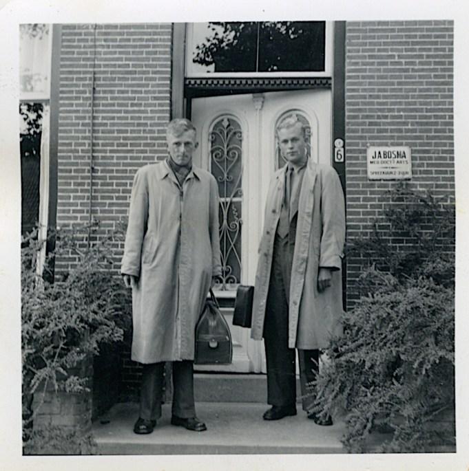 Geert (l.) en Abe (r.) Bosma voor het doktershuis in Stiens. ca. 1956-1957. Archief A. Bosma.