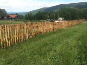 Štípaný plot opálený, Hojsova Stráž.