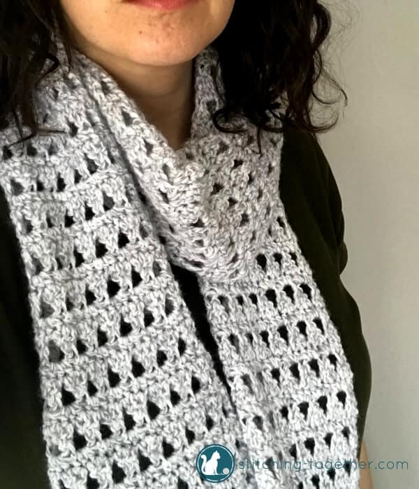 A regular scarf or an infinity scarf? YES! I love this convertible crochet scarf with buttons! You must check out this free pattern and make your own triangles crochet scarf.