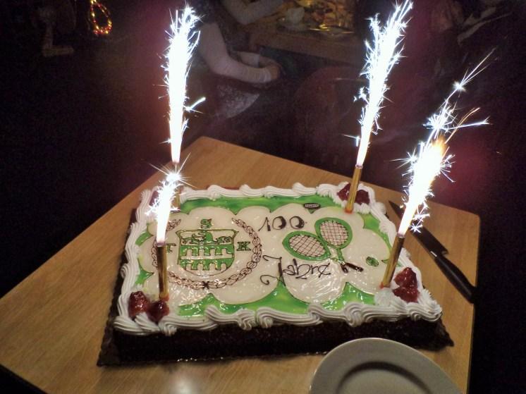 ...und die extra für den Ehrentag angefertigte Geburtstagstorte