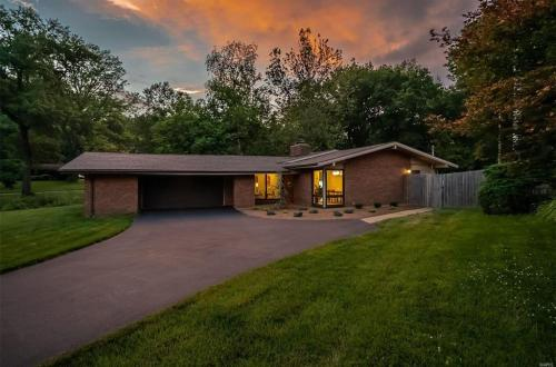 Sparkling and Fabulous Mid-Century Modern Dream Home | 15 Sunswept Drive