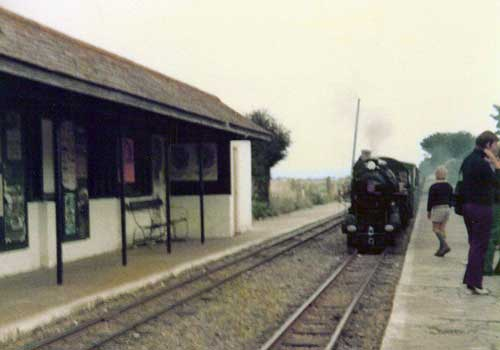 A similar view in about 1976. Note the much larger covered waiting area on the up line.