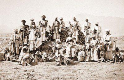 Grupo de guerrilleros Afridi fotografiados con sus jezailes.