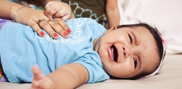 新生児は眠っていない、絶えず叫んで泣いています:何をすべき理由