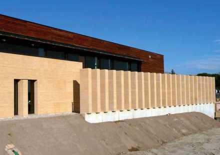 Ampliação do hospital em Duché d'Uzès: As janelas estreitas, em conjunto com as colunas perpendiculares antes da fachada, projetam estantes no interior.