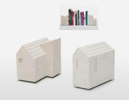 """As """"Due Cassette"""" (Duas Casinhas) de Luca Scacchetti são suportes de livros."""