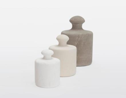 """""""Pesi"""" (Gewichte) von Maurizio Prina sind von der Form her jedem bekannt. Sie sind gedacht als Türstopper oder Briefbeschwerer."""