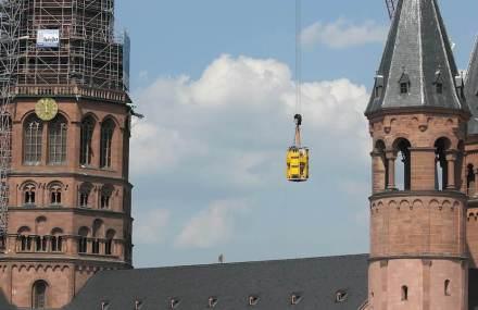 In 2 Teilen und in einer speziellen Hubkiste wurde die neue Turmspitze auf den Westturm des Mainzer Doms gehoben.