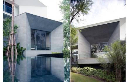 Auf den Außenwänden des Gebäudes wird das Material der Schieferwand und die Anordnung ihrer Fliesen fortgeführt. Auch hier hat man es mit unerwarteten Formen zu tun, etwa bei einer Fensterwand.