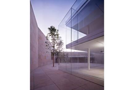 Contudo, o material que marca a edificação é o vidro. Entre outras coisas, destacam-se as lâminas exteriores, com impressionantes dimensões de 6 m x 3 m e 2,4 cm de espessura.