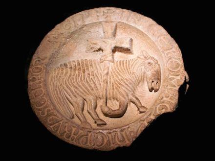 El cordero pascual de Cluny en el original. Se trataba de una pieza central en el techo de la enorme iglesia de la abadía. Foto: Hans Hillewaert / Wikimedia Commons