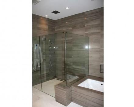 Zu erwähnen sind die zusätzlichen Duschdüsen in den Wänden und in der Decke.