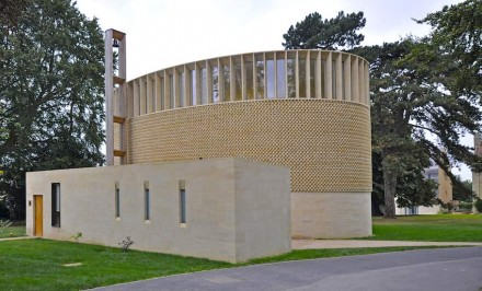 The complex is sober with its elliptical shape. Photo: Front Elevation