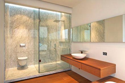 O espaço da ducha foi trabalhosamente composto com o material.