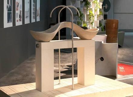 """Diese Variante des Vicenza Stone, weil sie 2 Farbtöne hat, ist normalerweise nur Abfall. Hier jedoch bekam jede farbliche Hälfte ihr eigenes Waschbecken. Durch die Trägerkonstruktion (eine weitere Farbvariante) sind die Becken von allen Seiten zugänglich. Titel: """"Yi bèi""""."""