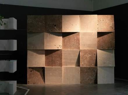 """In """"Dynamic Surface"""" werden verschiedene Varianten des Travertins di Siena verwendet. Es handelt sich um Würfel, bei denen die Vorderseite abgeschrägt und unterschiedlich gedreht ist."""