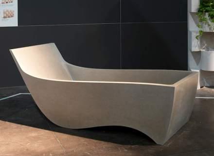 Die Form dieser Wanne orientiert sich (innen wie außen) an der idealen Position für das entspannte Liegen.