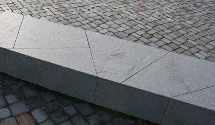 Sitzbänke aus Granit vor der Akademie des Jüdischen Museums, Berlin.