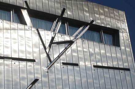 Schiefe Linien in der Fassade von Libeskinds modernem Museumsbau. Foto: Stephan Herz / Wikimedia Commons