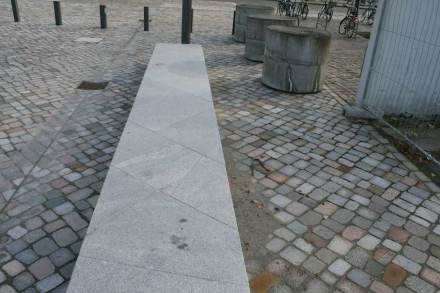 Die Steinbänke auf dem Vorplatz vor der Akademie greifen die schiefen Linien des modernen Museumsgebäudes von der anderen Straßenseite auf.