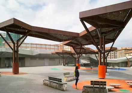 """Das Zentrum für das Verweilen ist nun die Fläche mit den Stahl-Stein-""""Bäumen""""."""