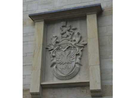 Brasão da Clayesmore school. Chicksgrove and Ham stone 1,2 m x 1,9 m.