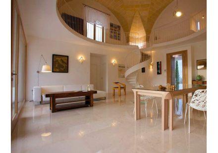 Inoltre, la sala a più piani ha un effetto di spazio insolito.