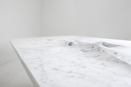 "Zaha Hadid, Citco: ""Moon Table"", Marmor Bianco Carrara. Foto: Franco Chimenti"
