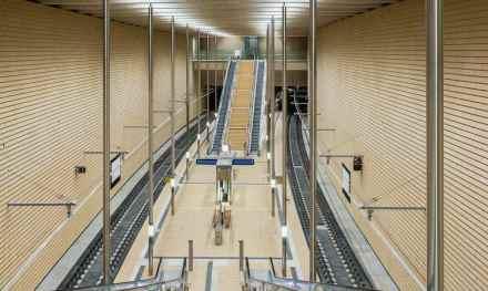 """In der Station """"Markt"""" sind die Wände sind mit Terrakotta-Keramiken aus Portugal verkleidet.  © Deutsche Bahn AG/Martin Jehnichen"""