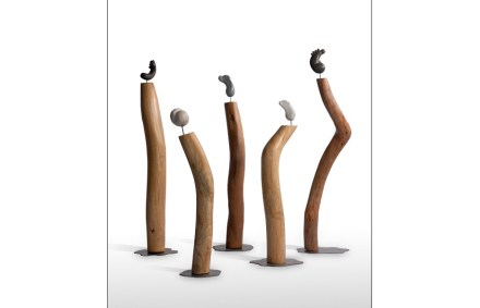 """Beatriz Carbonell Ferrer: """"Totems"""", stone and wood, 70-100 cm hoch."""