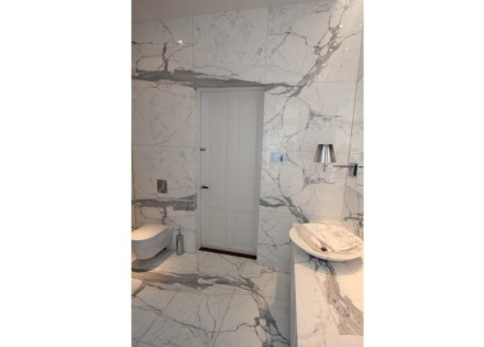 The surface area of the bathroom itself is small – almost tiny – what with a mere 20 m² for design of this nature.