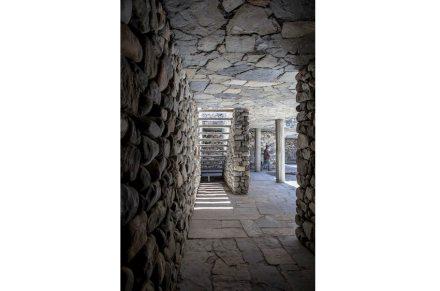 Die Decke besteht aus Steinplatten und armiertem Beton darüber.