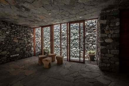 Neben dem zentralen Innenhof gibt es noch einige kleinere Höfe, über die natürliches Licht in die Räume fällt.