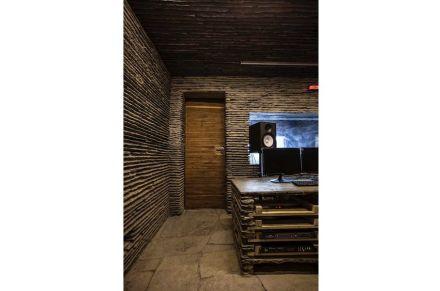Im Inneren gibt es einen weiteren Typ von Steinmauern: flache Lagen ziehen hier gerade Linien über die Wände.