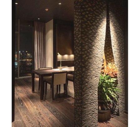 El mismo motivo se puede ver nada más entrar en la vivienda, en el elemento que separa el foyer y el comedor. Allí se ha ampliado hasta formar un arco en el que se encuentra una magnifica planta, como se ve en nuestra foto.