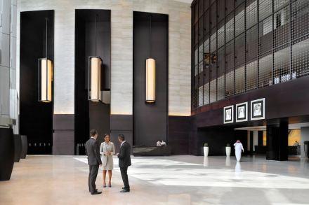 Vamos agora dar uma olhada no hall de entrada para conferir as citações acima. Lá, o mármore Crema Marfil no piso oferece uma contribuição significativa para o visual geral. A rocha foi fornecida pela empresa espanhola Levantina. Foto: Levantina