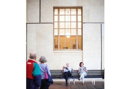 """Hat der Besucher den Eingangsbereich hinter sich gelassen, gelangt er zunächst in den Innenhof mit einem Café. """"Durch die Fenster werfen einem ... El Grecos und Gaugins verstohlene Blicke zu"""",  kommentierte die Zeitschrift Vogue."""