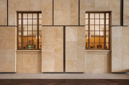 Erwähnenswert ist, wie dieser Lichthof mit Naturstein gestaltet ist: An den Wänden findet man den Kalkstein Ramon Gold, eine farbliche Variante des Ramon Grey, mit dem die Außenfassade verkleidet ist.