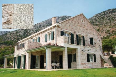 Andere Leser haben auf die kroatische Insel Brač verwiesen. Dort gibt es nicht nur einen reinweißen Kalkstein, sondern auch eine besondere Bearbeitung der Oberfläche.