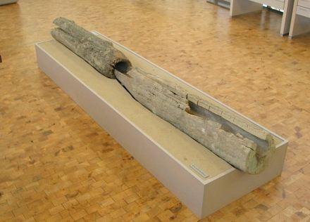 Zwei Teilstücke einer hölzernen Wasserleitung vermutlich aus dem 18. oder 19. Jahrhundert, im Mannheimer Landesmuseum für Arbeit und Technik ausgestellt. Die Rohre waren an einem Ende spitz zugehauen waren und ineinander gesteckt.