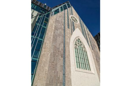 Vertical lines determine the optical impression of the Paulinum-cathedral-duo. But the dominant material here is stone, no-longer glass.